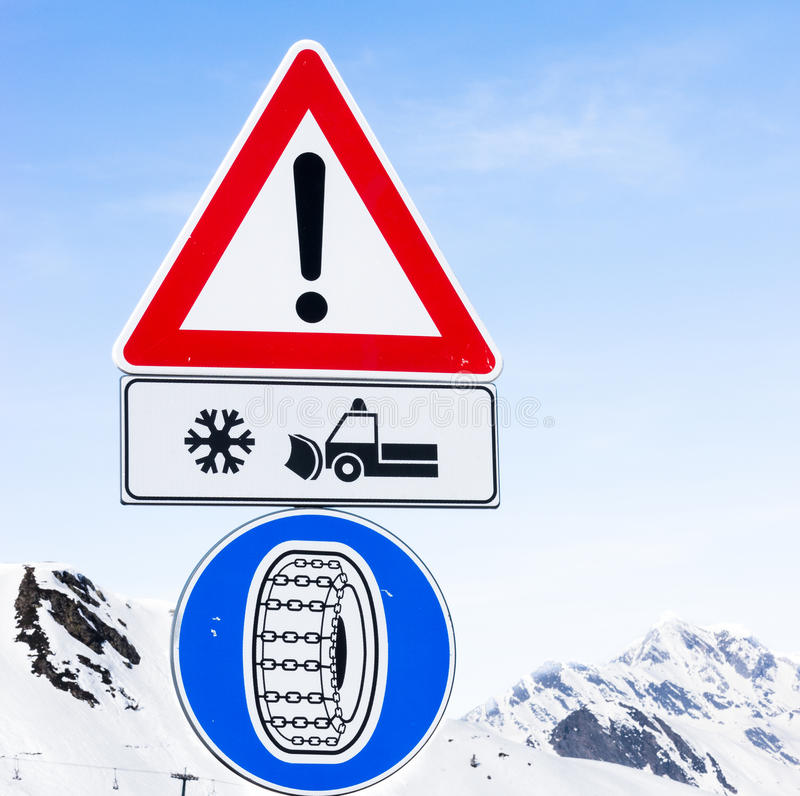 Segnale stradale della gomma di inverno fotografia stock libera da diritti