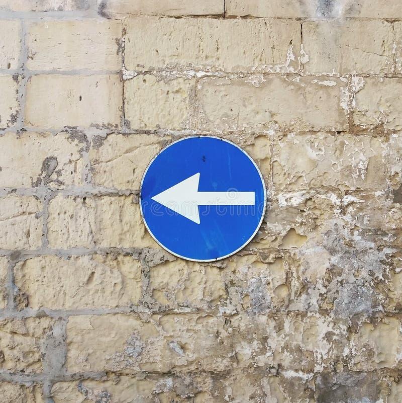 Segnale stradale della parete bricky immagine stock libera da diritti