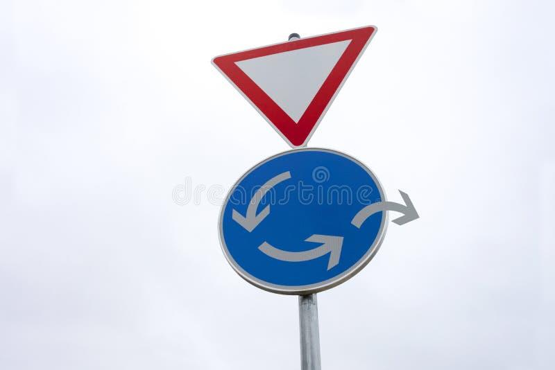 Segnale stradale della rotonda - cambiamento della direzione - uscita alternativa fotografia stock