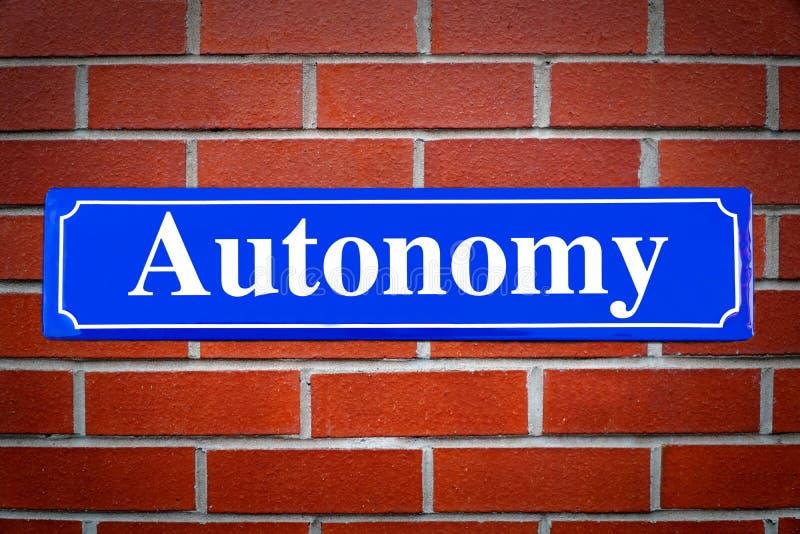 Segnale stradale di autonomia sul muro di mattoni fotografie stock