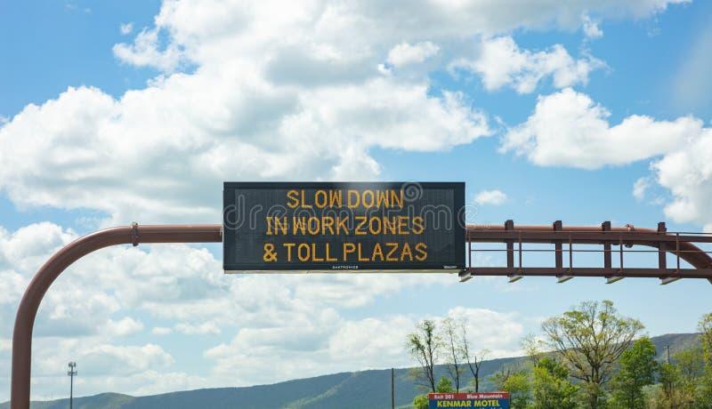 Segnale stradale di avviso sull'autostrada Pennsylvania US fotografie stock libere da diritti