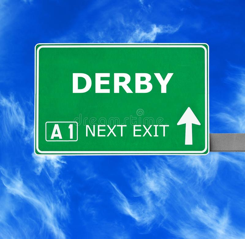 Segnale stradale di DERBY contro chiaro cielo blu immagini stock libere da diritti