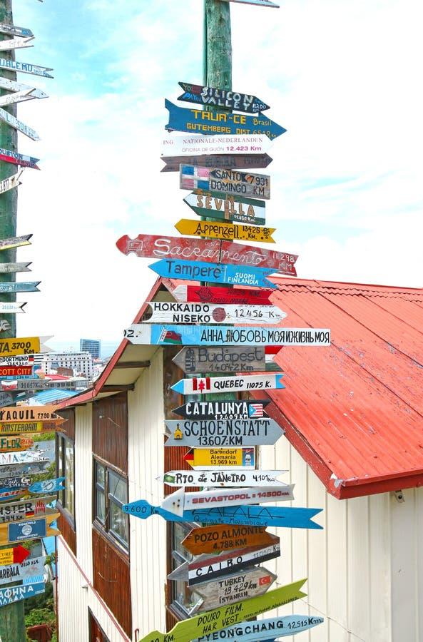Segnale stradale di miglio improvvisato, Punta Arenas, Cile Patagonia, Sudamerica immagine stock