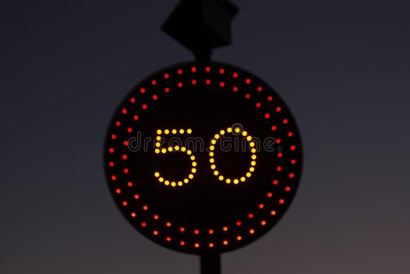 Segnale stradale di notte fotografia stock