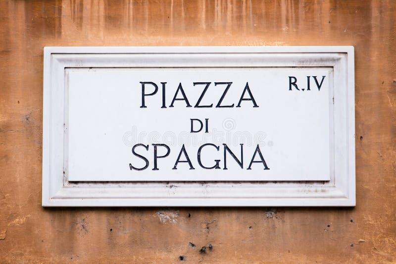 Segnale stradale di Piazza di Spagna sulla parete a Roma, Italia immagini stock