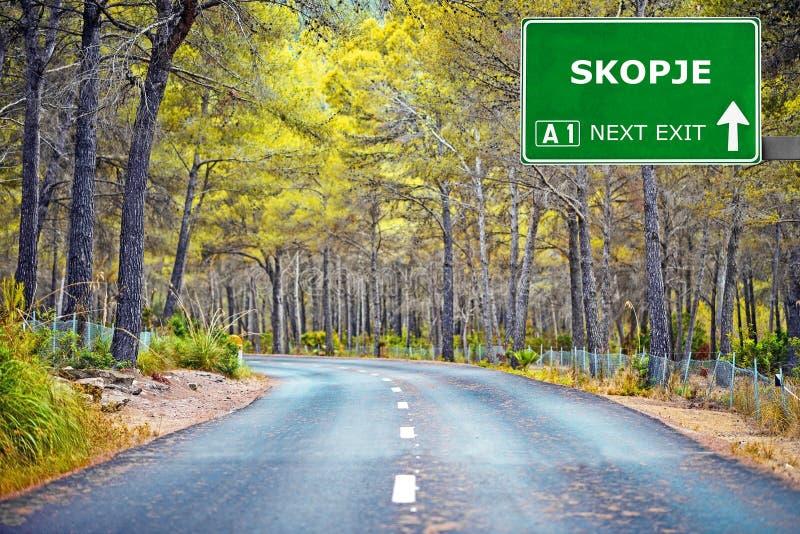 Segnale stradale di SKOPJE contro chiaro cielo blu fotografia stock libera da diritti