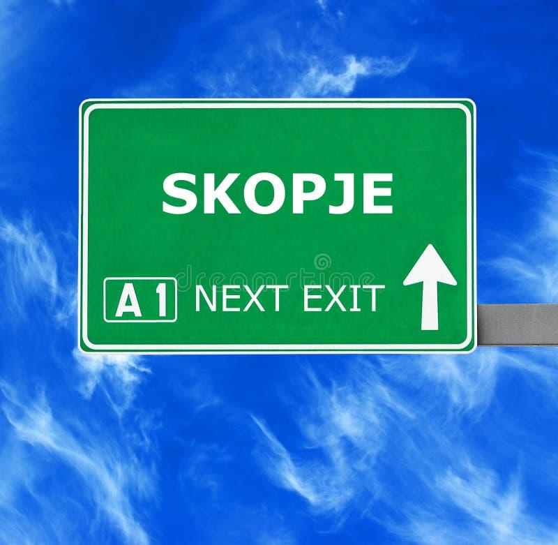 Segnale stradale di SKOPJE contro chiaro cielo blu fotografie stock