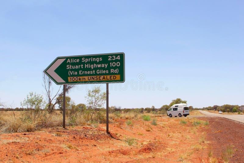 Segnale stradale di una strada non sigillata ad Alice Springs, Australia immagini stock