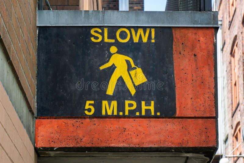 Segnale stradale dipinto limite di velocità di 5 mph per i pedoni fotografia stock