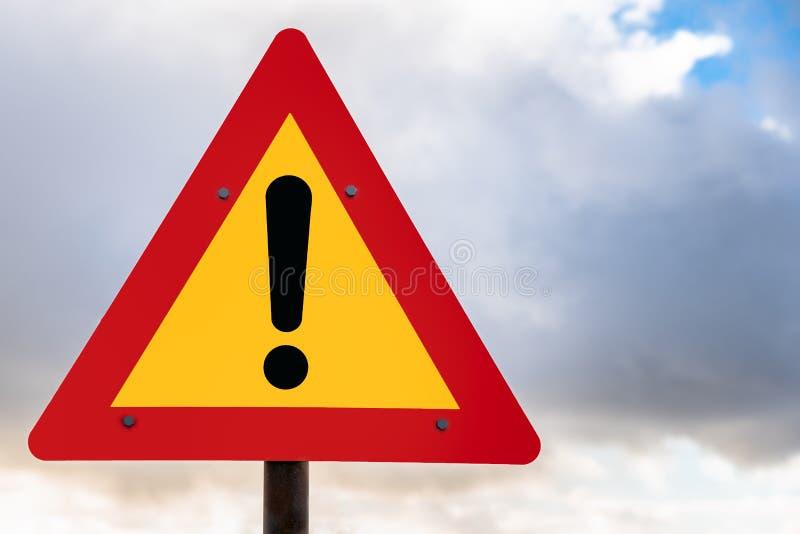 Segnale stradale europeo di avvertimento di stile e cielo vloudy immagini stock