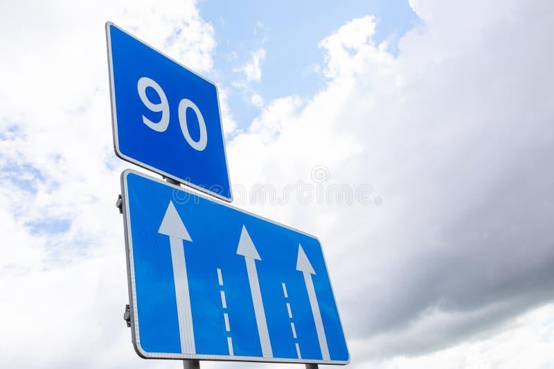 Segnale stradale Limitazione della velocità di 90 km/h con segnale di direzione del traffico fotografie stock