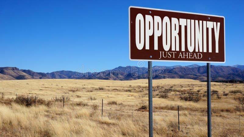 Segnale stradale marrone di opportunità appena avanti immagini stock