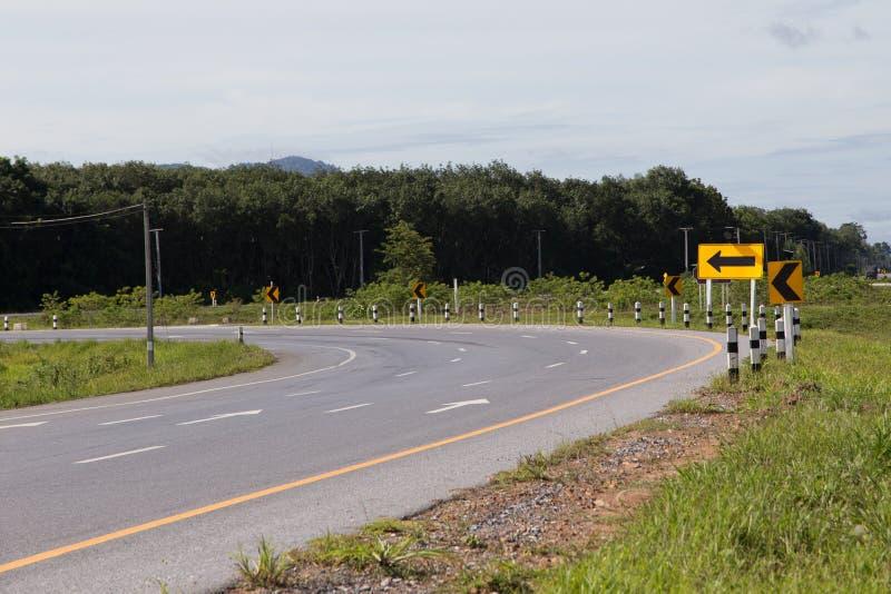 Segnale stradale per la strada curva fotografie stock libere da diritti
