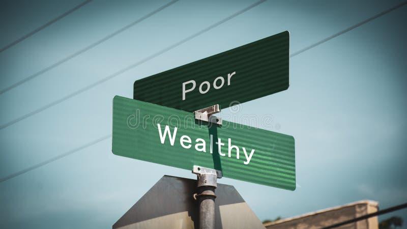 Segnale stradale ricco contro povero immagini stock
