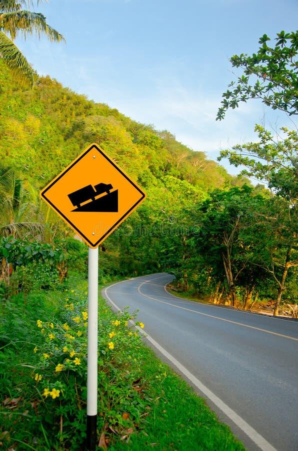 Segnale stradale ripido della collina del grado sulla strada immagini stock