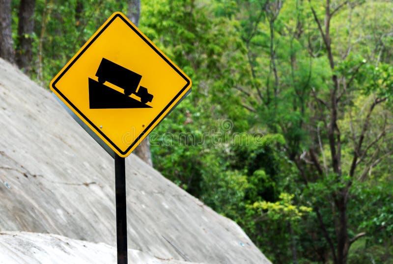 Segnale stradale ripido della marcia bassa di uso di discesa della collina sulla strada in montagna della Tailandia fotografie stock