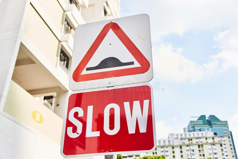 """Segnale stradale rosso fine """"lenta """"su illustrazione di stock"""