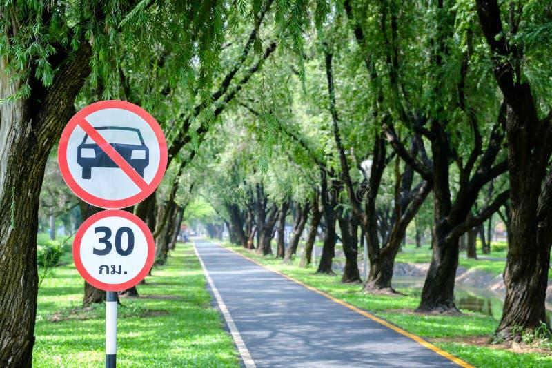 Segnale stradale rotondo della Tailandia, il passaggio dei veicoli, nessun'automobile otorinolaringoiatrica fotografia stock