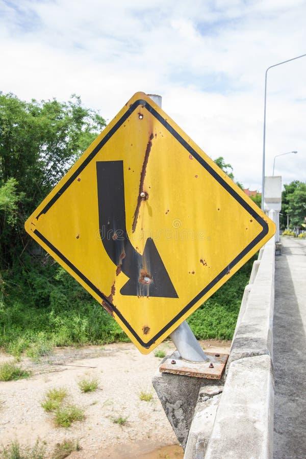 Segnale stradale rotto e vecchio sul ponte in Tailandia immagine stock
