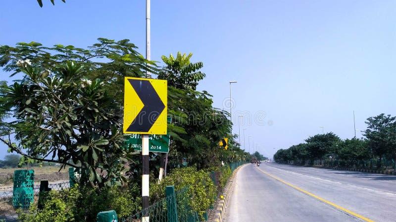 Segnale stradale su una strada, segno della freccia sulla strada immagine stock libera da diritti