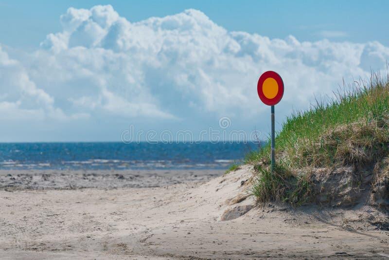 Segnale stradale su una strada vuota con il mare e sul cielo nel fondo Simbolo del segnale stradale di traffico Modo errato fotografie stock