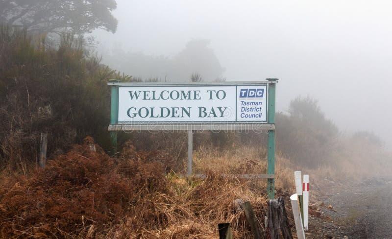 Segnale stradale sulla collina di Takaka che delimita della baia dorata immagini stock libere da diritti