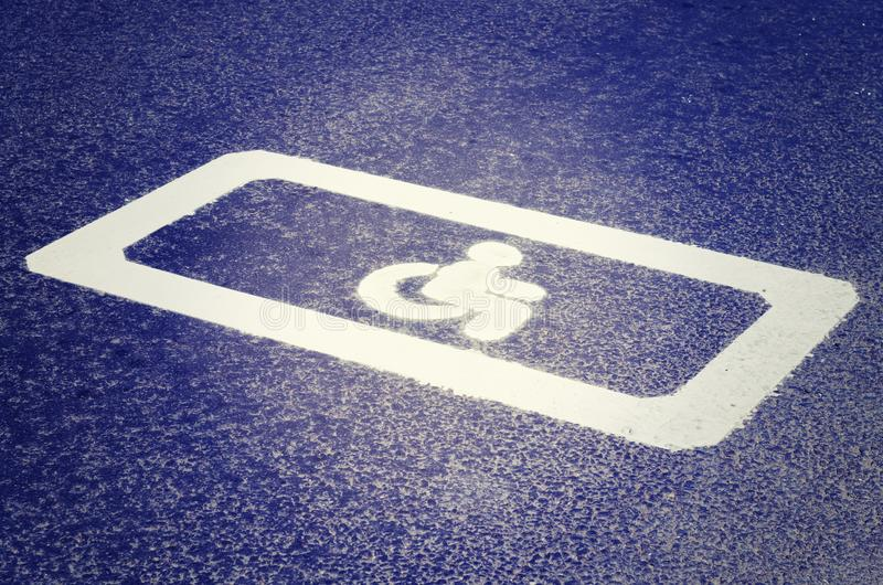 Segnale stradale sulla strada asfaltata invalid fotografia stock libera da diritti