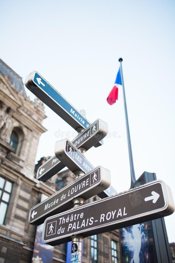 Segnale stradale turistico Parigi vicino al Louvre immagine stock
