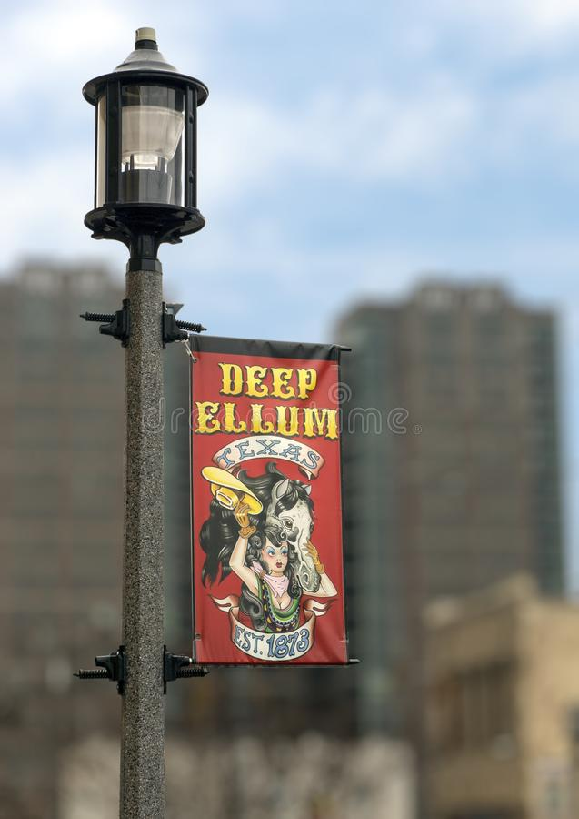Segnale stradale variopinto sulla lampada in Ellum profondo, Dallas, il Texas fotografie stock libere da diritti