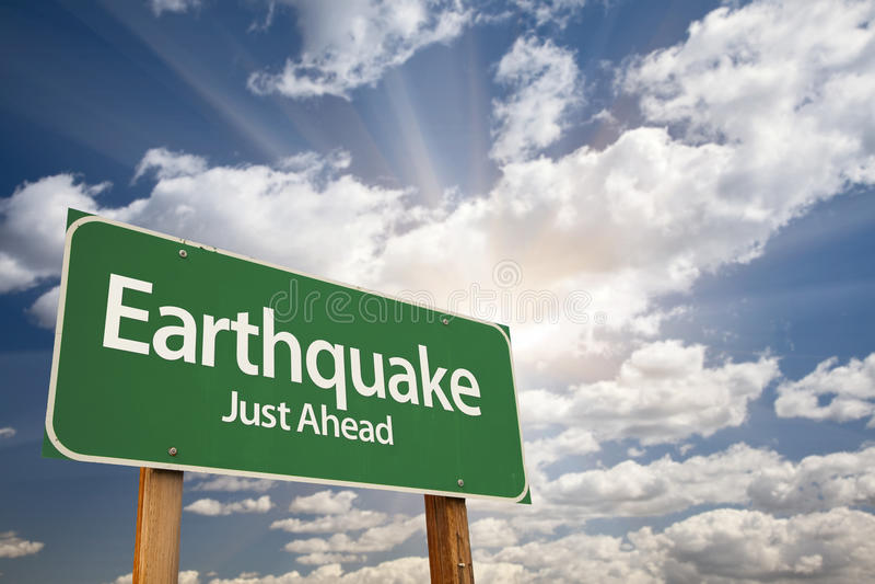 Segnale stradale verde di terremoto fotografia stock