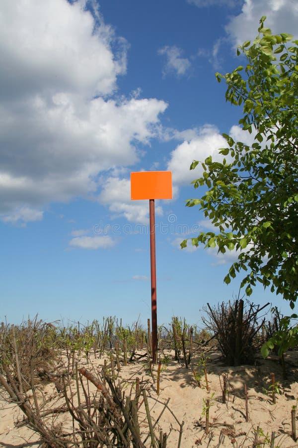 Segnale stradale vuoto contro il cielo fotografia stock libera da diritti