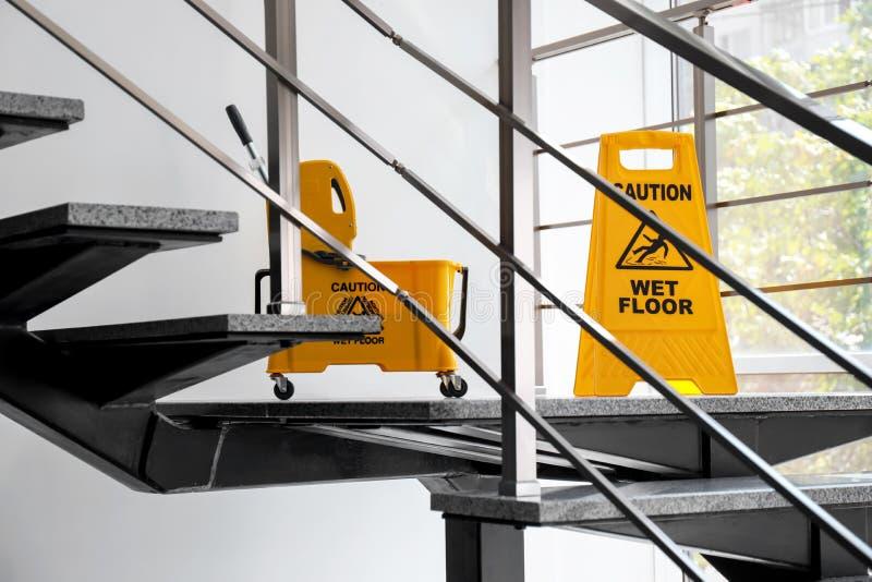Segnaletica di sicurezza con il pavimento bagnato di cautela di frase fotografia stock