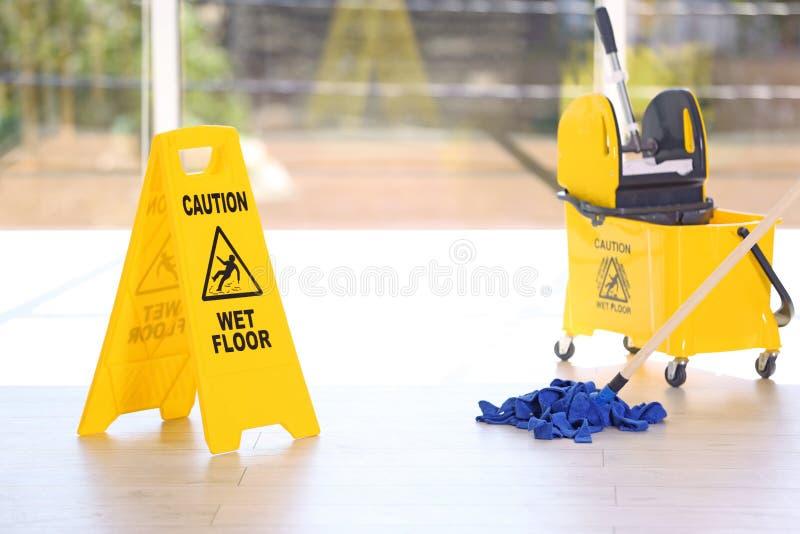 Segnaletica di sicurezza con il pavimento bagnato di cautela di frase fotografie stock