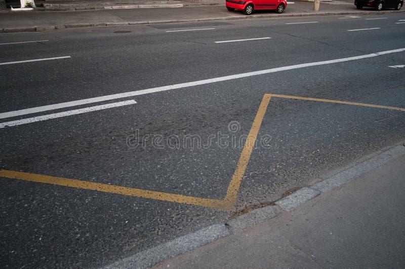 Segnaletiche stradali su asfalto sulla via vuota immagini stock