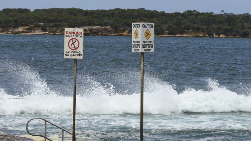 Segnali di pericolo alla spiaggia immagini stock