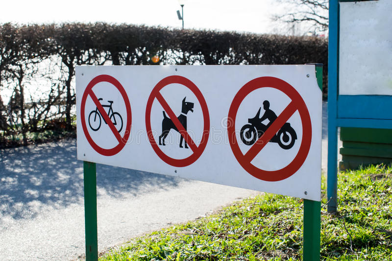 Segnali di pericolo che proibiscono camminata della bici, del motociclo e del cane fotografie stock libere da diritti