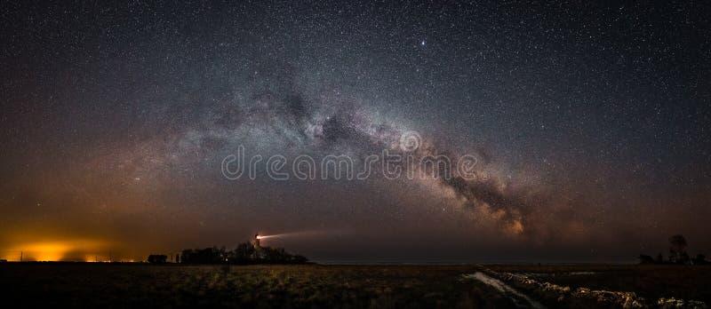 Segnali sotto il cielo notturno stellato fotografia stock libera da diritti