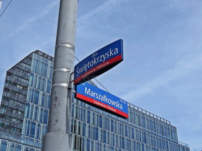 Segnali stradali ad un angolo delle vie di Swietorzyska e di Marszalkowska, del centro, Varsavia, Polonia, giugno 2018 fotografia stock libera da diritti