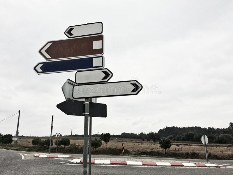Segnali stradali che mostrano nelle direzioni differenti fotografia stock libera da diritti