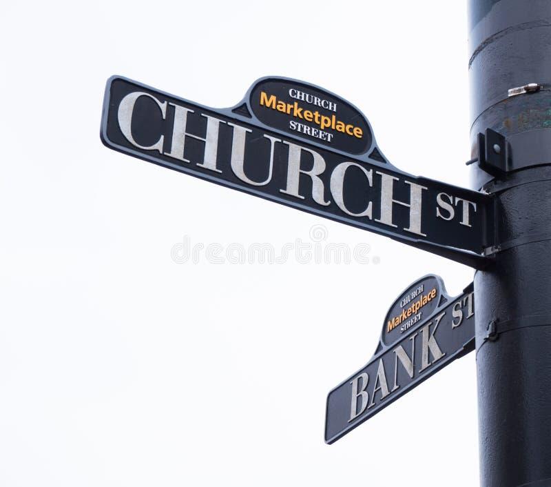 Segnali stradali chiesa e banca fotografia stock