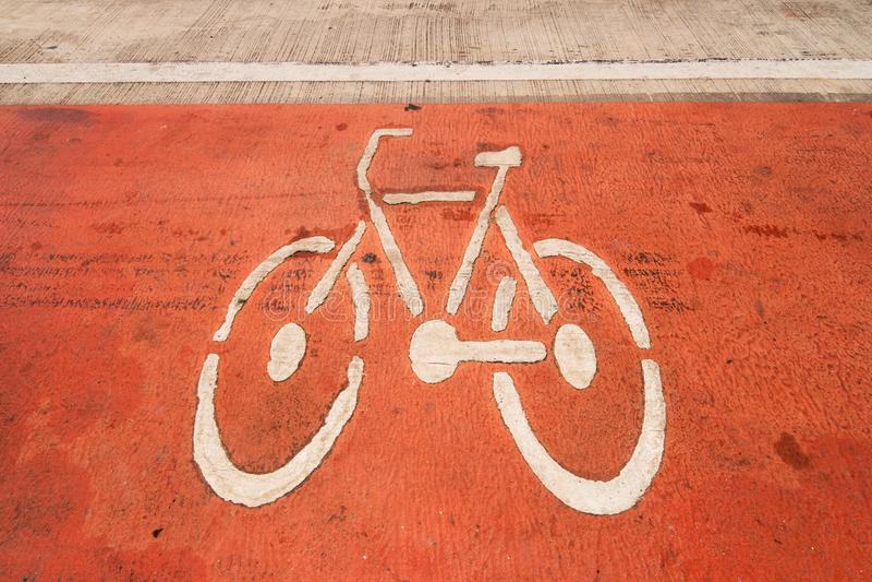 Segnali stradali della bicicletta sulla strada immagine stock