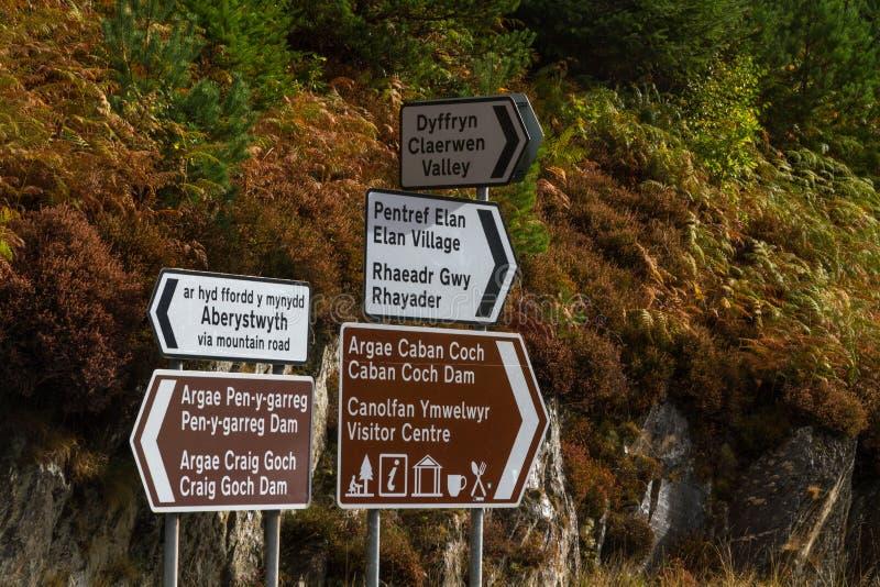 Segnali stradali, Elan Valley Reservoirs, persona bilingue inglese di lingua gallese fotografia stock