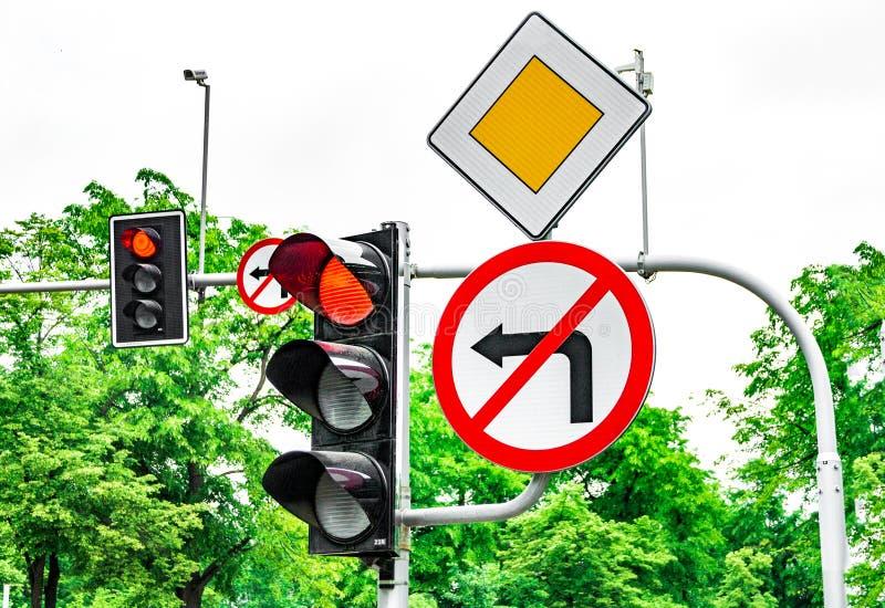 Segnali stradali, segnali stradali, semaforo con luce rossa, rotazione proibita fotografia stock libera da diritti