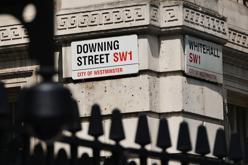 Segnali stradali sul Downing Street e su Whitehall a Londra immagini stock libere da diritti