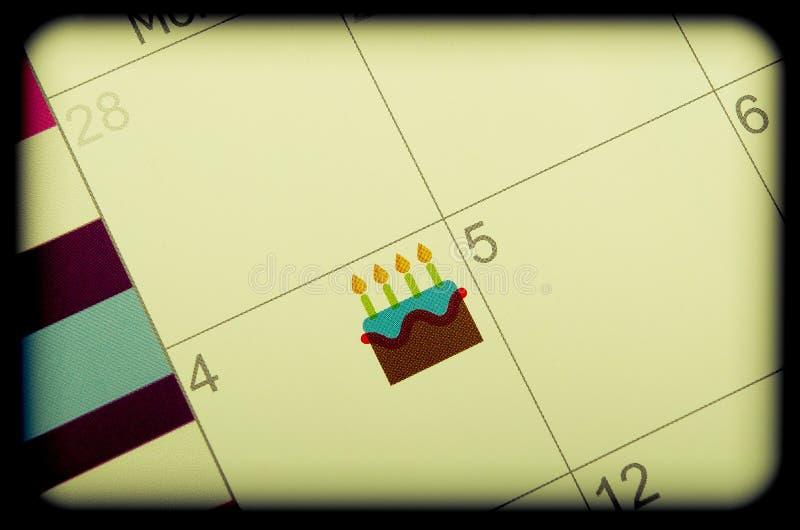 Segnare del calendario con la torta di compleanno immagine stock libera da diritti
