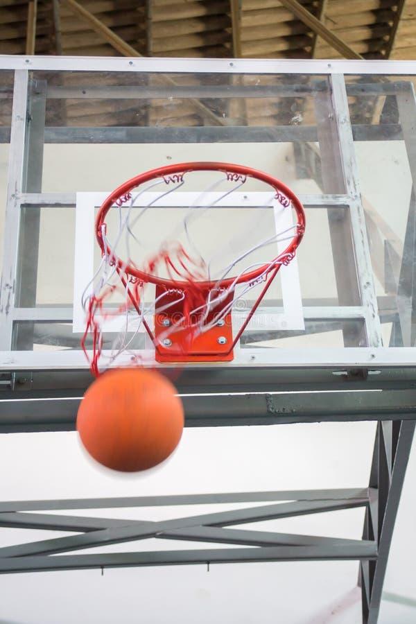 Segnare i punti di conquista ad un gioco di pallacanestro immagini stock