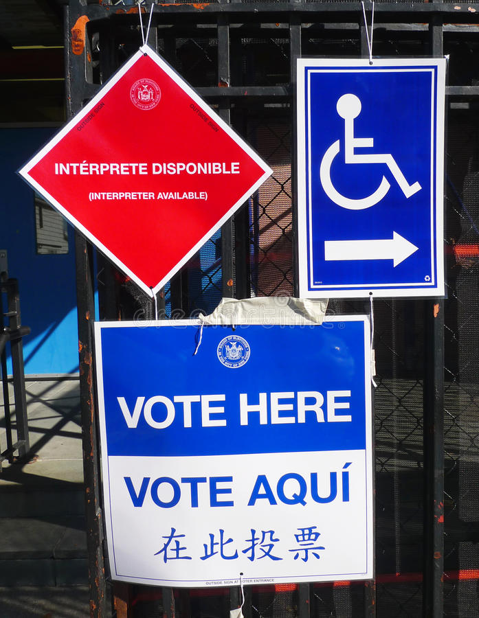 Segni al sito di voto a New York immagini stock
