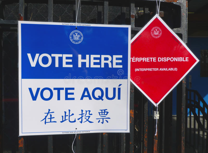 Segni al sito di voto a New York immagini stock libere da diritti