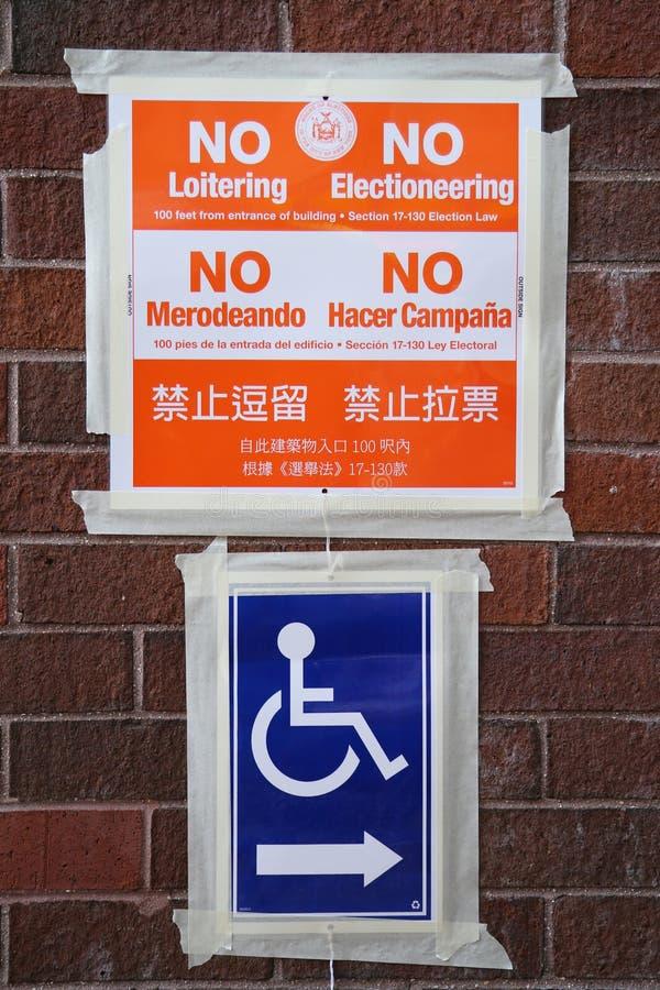 Segni al sito di voto a New York immagine stock