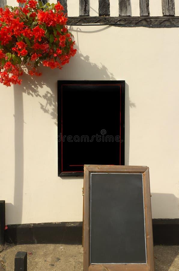 Segni in bianco fuori di una costruzione fotografia stock